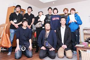 撮影に参加した在校生と卒業生たち。 (前列中央・阿久根知昭監督、前列右・村岡克彦プロデューサー)