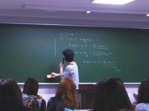 続いて「ライブ制作実習」担当講師、新井先生からギャランティの説明を受けました!!